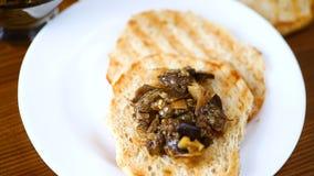 Aperitif der gekochten Aubergine mit Gemüse auf Brot stock footage