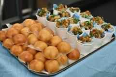 Aperitif des thailändischen Lebensmittels auf Behälter im Partei- oder Ereignisrestaurant Stockbild
