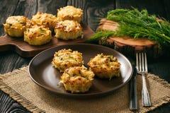 Aperitif - Kartoffelmuffins mit Hühnerfleisch und -käse Lizenzfreies Stockbild