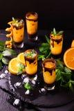 Aperitif med vodka, orange fruktsaft, choklad och mintkaramellen royaltyfri foto
