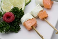 Aperitif mit geräucherten Lachsen und Käse Stockfotos