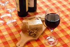 Aperitif mit Käse und Wein Lizenzfreies Stockbild