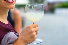 Aperitif till en partidetalj av en girl& x27; s-exponeringsglas Royaltyfria Bilder