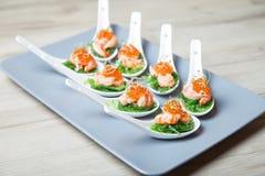 Aperitif vom Meerespflanzenchuka, -krabben und -kaviar auf eingeteilten spoos stockfoto