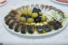 Aperitif von geräucherten Fischen mit Oliven und Zwiebeln Stockfotografie