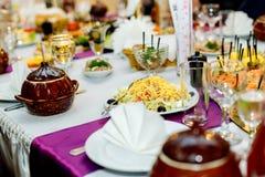 Aperitifs und Salate am Bankettisch Stockfoto