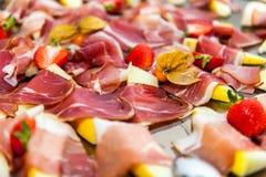 Aperitivi affumicati del bacon sul vassoio fotografia stock
