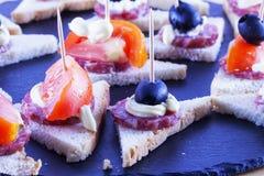 Aperitivi con il pomodoro e le olive immagine stock libera da diritti
