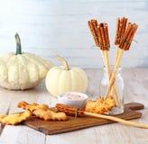 Aperitivi del manico di scopa delle streghe di Halloween di divertimento Immagini Stock
