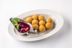 Aperitivi delle palle del formaggio con salsa su un piatto bianco Fotografie Stock