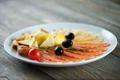 Aperitivi messi con il salmone affumicato fotografia stock