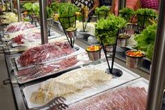 Aperitivi misti della salsiccia sul buffet fotografia stock