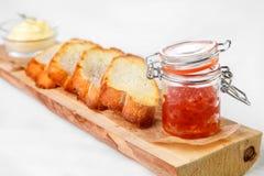 Aperitivo apetitoso para los bocadillos hechos del caviar y del pan encendido Foto de archivo libre de regalías