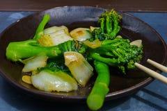 Aperitivo asiático cocinado en chino, achicoria y bróculi fotografía de archivo