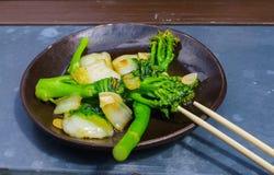 Aperitivo asiático cocinado en chino, achicoria y bróculi imagenes de archivo