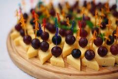 Aperitivo com queijo e uvas Imagem de Stock Royalty Free