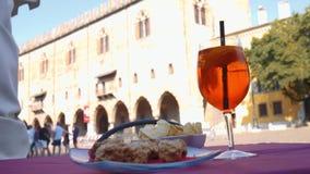 Aperitivo con Spritz y la torta del sbrisolona en Mantua almacen de video