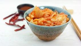 Aperitivo coreano tradicional Kimchi da couve em uma bacia cerâmica vídeos de arquivo