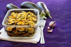 Aperitivo da beringela fritada e posta de conserva com cebola e cenoura Fotos de Stock