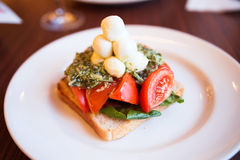 Aperitivo da mussarela, do brinde, do pesto e do tomate Foto de Stock Royalty Free