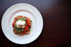 Aperitivo da mussarela, do brinde, do pesto e do tomate Fotos de Stock Royalty Free