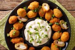 Aperitivo de aceitunas verdes fritas con las almendras primer y salsa Imagen de archivo libre de regalías
