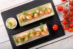 Aperitivo de color salmón con la inmersión del eneldo en torta de la pasta de hojaldre en la bandeja de piedra Imágenes de archivo libres de regalías