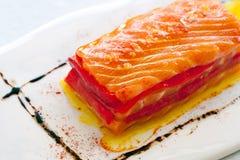 Aperitivo de color salmón con paprikas rojos. Foto de archivo