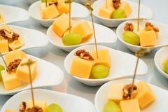 Aperitivo de cubos, de uvas e de noz do queijo Fotografia de Stock