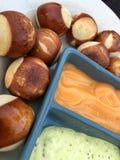 Aperitivo de la bola del pretzel con las salsas de inmersión del queso y de la mostaza Fotografía de archivo