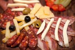 Aperitivo de la carne con tocino, la salchicha, las aceitunas y el queso Imágenes de archivo libres de regalías