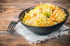 Aperitivo de la ensalada de las zanahorias y de las pimientas fermentadas de la chucrut de las verduras fotografía de archivo