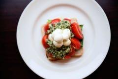 Aperitivo de la mozzarella, de la tostada, del pesto y del tomate Fotos de archivo