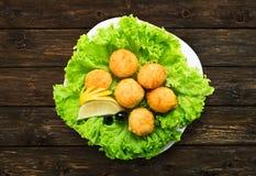Aperitivo de las bolas del queso con las aceitunas Foto de archivo