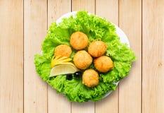 Aperitivo de las bolas del queso con las aceitunas Fotos de archivo