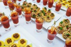Aperitivo de los mariscos de la salsa del camarón y de tomate en un vidrio en una tabla Imágenes de archivo libres de regalías
