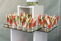 Aperitivo de los pepinos, del espárrago y de la pimienta frescos, comida para comer con los dedos del partido fotografía de archivo libre de regalías