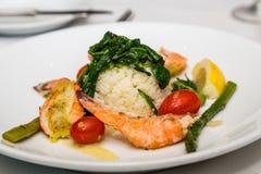 Aperitivo del camarón con arroz y espinaca Imagenes de archivo