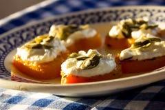 Aperitivo del camarón y del queso cremoso en corazones de la calabaza Placa azul Fotografía de archivo