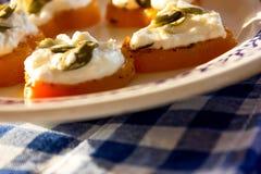 Aperitivo del camarón y del queso cremoso en corazones de la calabaza Placa azul Fotografía de archivo libre de regalías