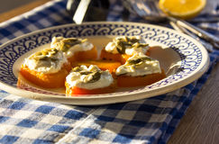 Aperitivo del camarón y del queso cremoso en corazones de la calabaza Placa azul Imagen de archivo