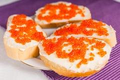 Aperitivo del caviar en rebanadas de pan del Baguette Fotografía de archivo libre de regalías