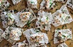 Aperitivo del caviar y del queso cremoso fotos de archivo