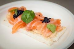 Aperitivo del pane tostato del salmone fotografia stock libera da diritti