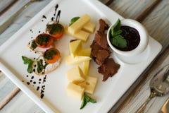 Aperitivo del pomodoro e del formaggio su una tavola fotografia stock libera da diritti