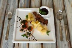 Aperitivo del pomodoro e del formaggio su una tavola immagini stock