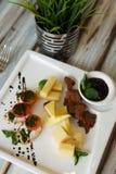 Aperitivo del pomodoro e del formaggio su una tavola immagine stock