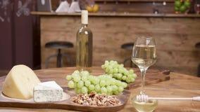 Aperitivo del queso del restaurante en una tabla de madera redonda metrajes