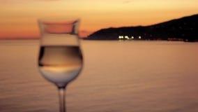 Aperitivo del vino delante de la puesta del sol de la ciudad almacen de video