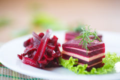 Aperitivo della barbabietola e del formaggio sulle foglie della lattuga Fotografia Stock Libera da Diritti